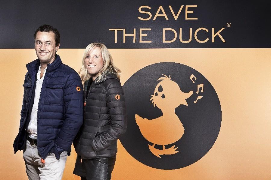 Nicolas Bargi, globetrotter per vocazione, ha avuto un'intuizione: piumino destagionalizzato indossabile 8 mesi l'anno, tascabile e con imbottitura ecologica. Nasce Save The Duck
