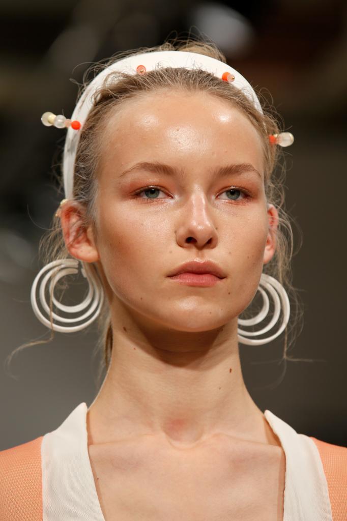 I giovani creativi dell'evento Ones To Watch scelgono un make up con pelle bonne mine open air...
