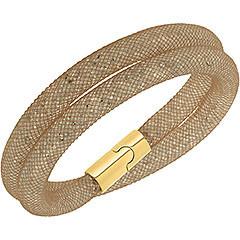 L'irresistibile creazione può essere indossata come bracciale doppio avvolgente, oppure come girocollo. Il tubolare dorato a rete di nylon trattiene una miriade di minuti Clear Crystal e crea un profilo 3D