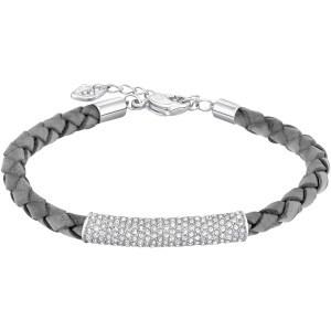 La tendenza intreccio è interpretata in questo braccialetto rodiato, che al cordoncino in pelle lavorata abbina il pavé di Clear Crystal fissato su un elemento tubolare. La raffinata manualità del gioiello ne fa la scelta ideale per accompagnare le vostre giornate