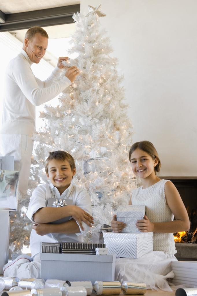 Coinvolgere marito e figli nella decorazione della casa per le festività natalizie è un modo divertente per trascorrere del tempo insieme: il total white metterà tutti d'accordo.