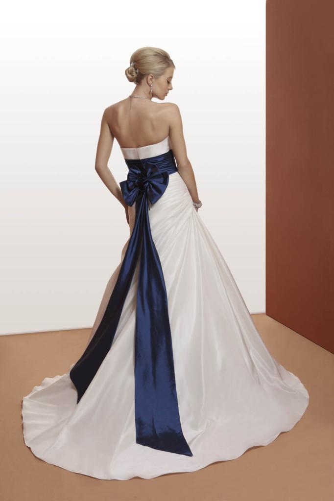 2d3fc717fcd8 ... abito bianco decorato con dettaglio blu ...