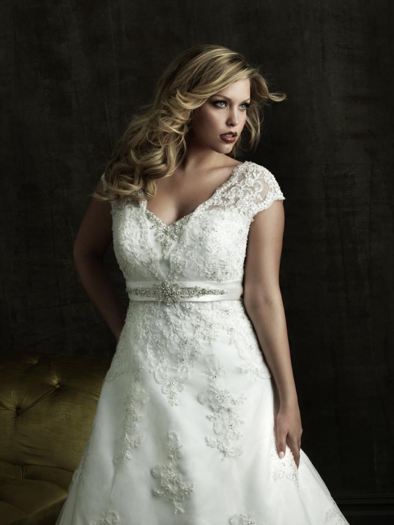 abito sposa bianco in pizzo e scollatura a V per il decoltè