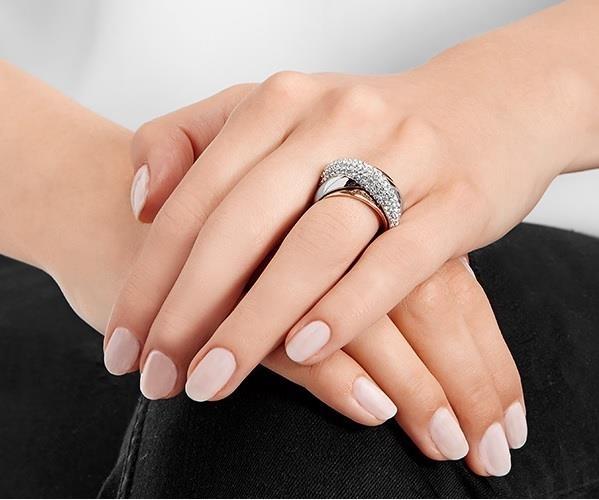 Modella indossa l'elegante anello Wave