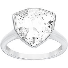 Attuale e raffinato, l'anello rodiato illumina i vostri capi formali e casual. È interpretato da Swarovski in Clear Crystal nell'esclusivo taglio Trillion, che rende il gioiello facilmente abbinabile alle creazioni della stessa linea.