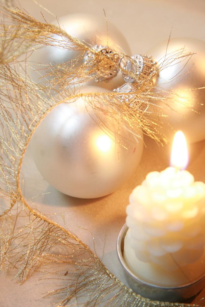 Chi deve acquistare nuove decorazioni per l'albero di Natale può optare per sfere e stelline bianche, facilmente abbinabili agli addobbi rossi degli anni passati