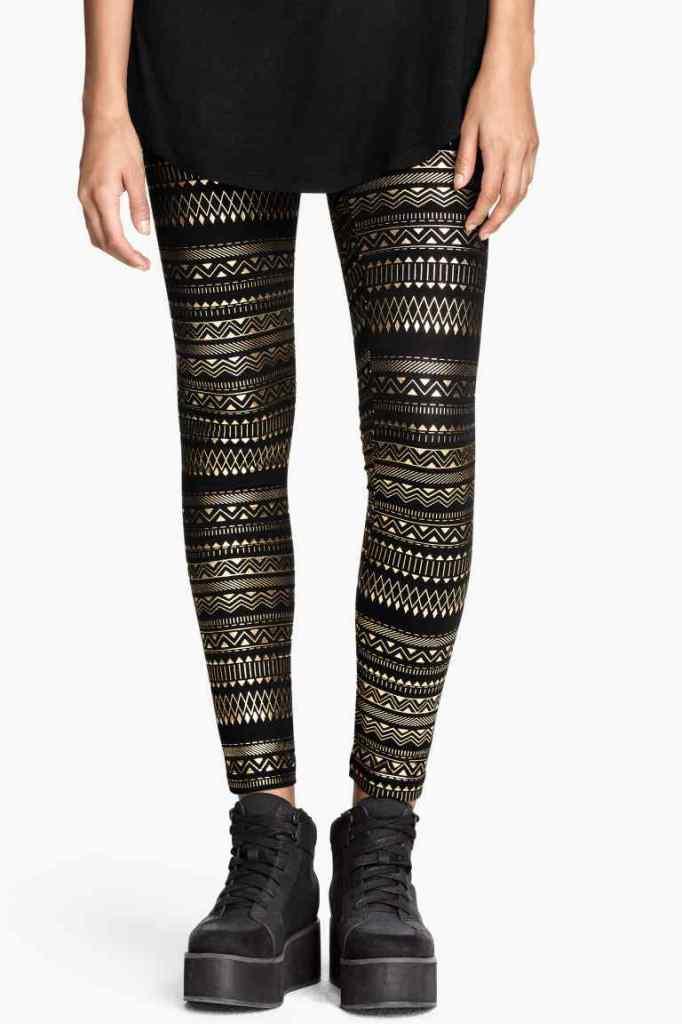 Immancabili per essere trendy in questa stagione sono i leggings fantasia dalla stampa metallizzata, , H&M 17,99euro