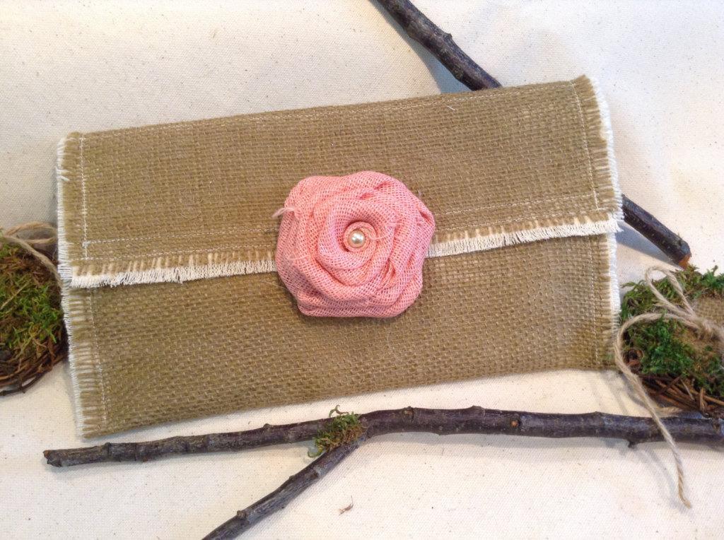 particolare pochette rustica con applicazione rosa fucsia ideale per matrimoni rustici con dettagli rosa