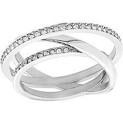 Sobrietà e raffinatezza definiscono questo anello dall'originale profilo a fili sovrapposti con pavé di cristallo Clear Crystal
