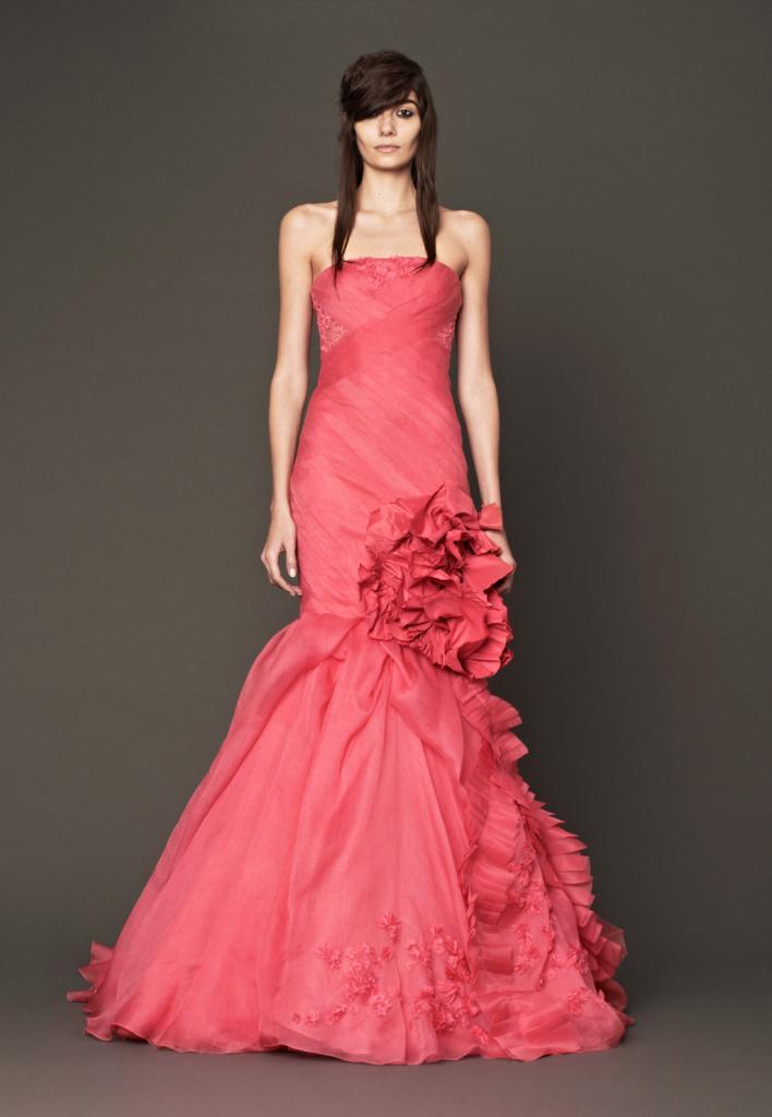 La nuova collezione di Vera Wang porta in passerella un rosso più delicato