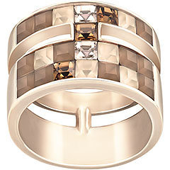Diventa la regina della moda con questo affascinante anello. Elaborato con cristalli chiari e scuri e placcato in oro rosa, mostra una silhouette unica con una straordinaria combinazione di texture.
