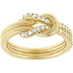 L'anello placcato oro sottolinea qualunque mise grazie alla sua raffinata eleganza. Il motivo a nodo è impreziosito dalla presenza del pavé di Clear Crystal, definendo un gioiello versatile, ideale per l'abbinamento con altre creazioni a contrasto.