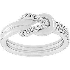 L'anello rodiato sottolinea qualunque mise grazie alla sua raffinata eleganza. Il motivo a nodo è impreziosito dalla presenza del pavé di Clear Crystal, definendo un gioiello versatile, ideale per l'abbinamento con altre creazioni a contrasto.