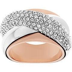 Linee fascianti definiscono l'elegante anello interpretato in Clear Crystal montati a pavé. L'abbinamento di placcature diverse crea un attraente contrasto di nuance argento e rosate, per un gioiello raffinato e discreto dalla vestibilità a tutto tondo.