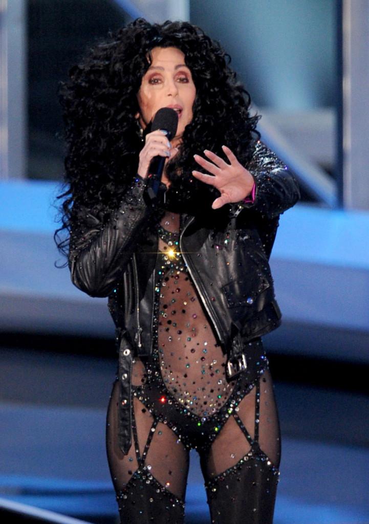 Cher si esibisce nel 2010 con un look molto simile a quello del video di