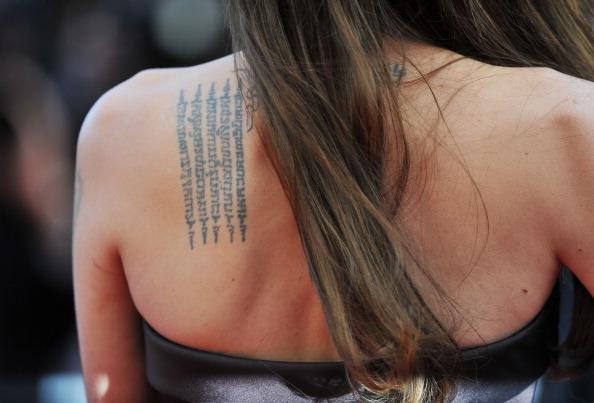Angelina Jolie e il suo mantra tatuato sulla scapola per proteggere la famiglia