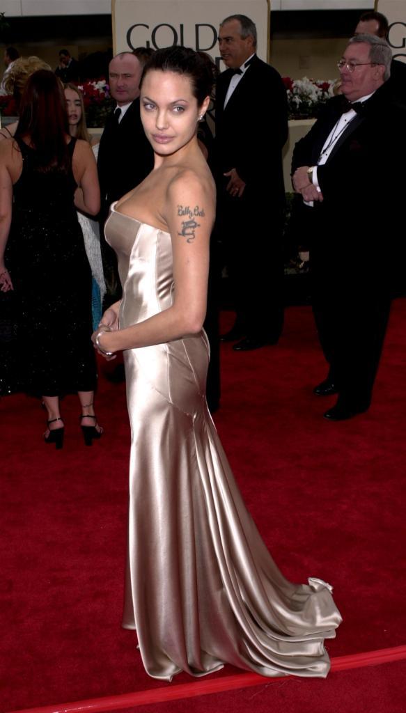 Ai Golden Globes 2001 Angelina aveva ancora il tatuaggio, oggi tolto, dedicato all'ex marito Billy Bob Thornton