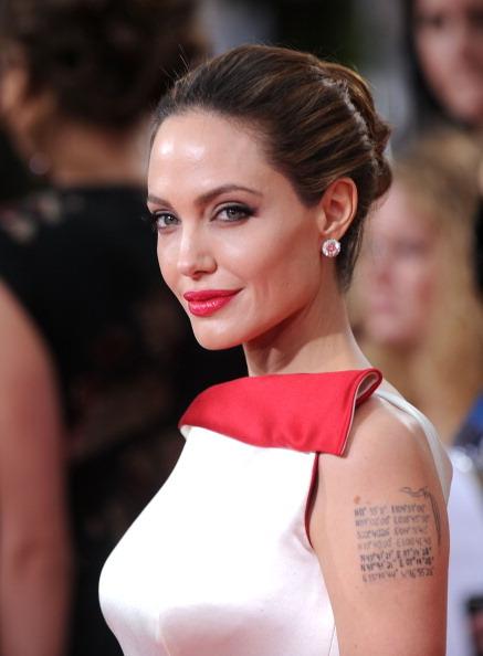 Angelina ai Golden Globes 2012 sfoggia la lista delle coordinate geografiche delle località in cui ha adottato i suoi figli