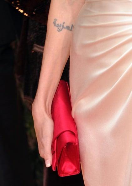 """Il tatuaggio in arabo con cui Angelina ne ha coperto uno vecchio significa """"The Will"""": la volontà"""