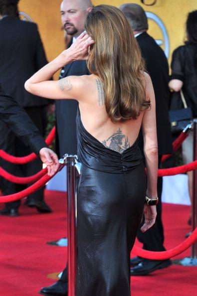 La tigre che Angelina Jolie si è fatta tatuare con la tecnica Sak Yant in Oriente
