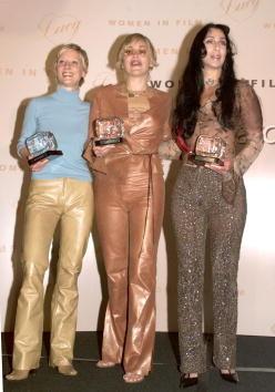 Cher ai Lucy Awards con Anne Heche e Sharon Stone.