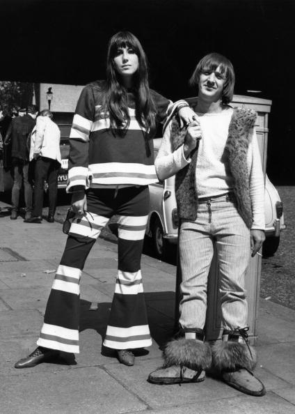 Sonny e Cher fotografati in Northumberland Avenue, a Londra, dopo una registrazione per la BBC al Playhouse Theatre. Il loro look li portò ad essere cacciati dall'Hilton Hotel.