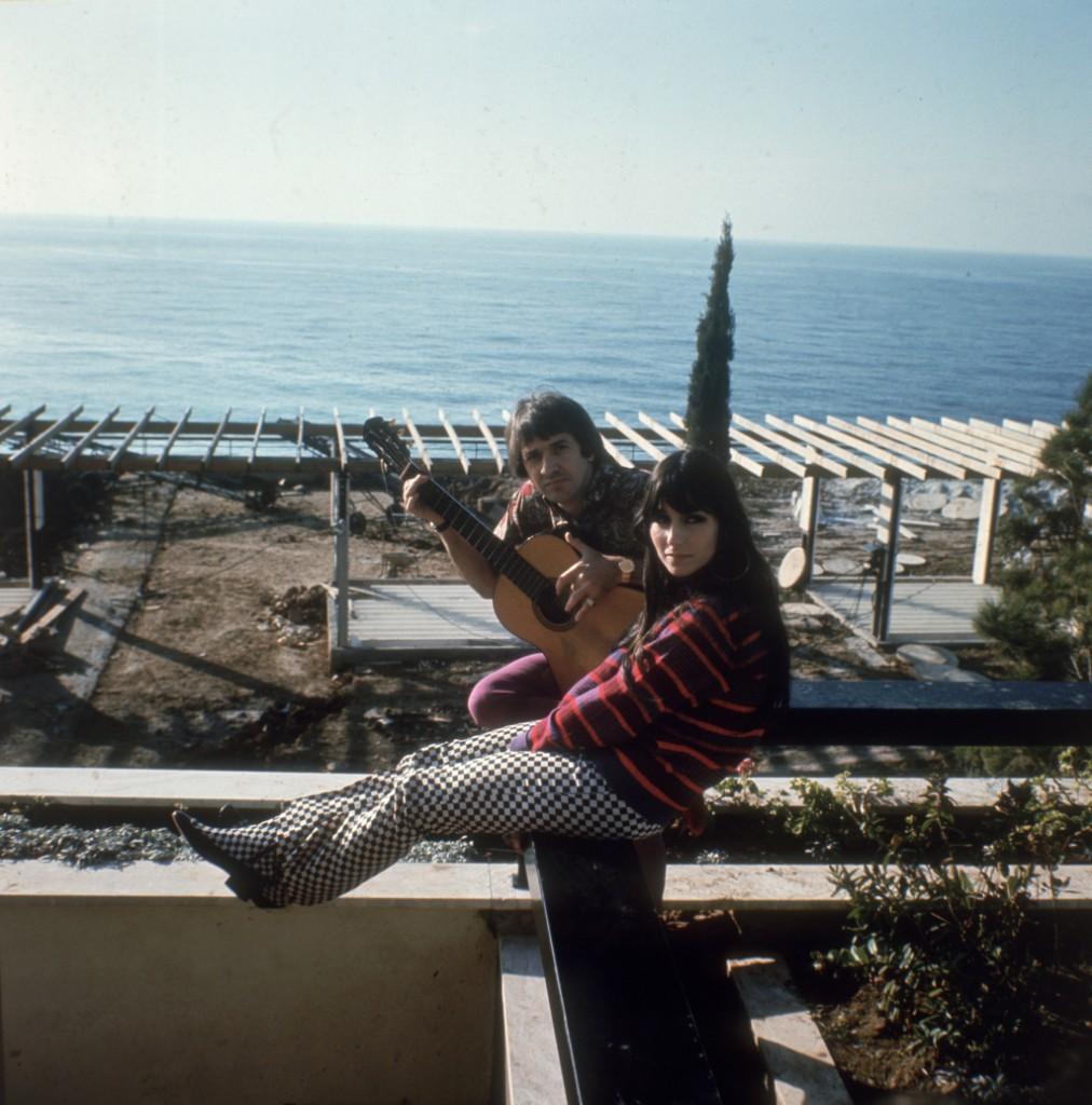 Sonny e Cher nella loro casa in California, 1970.