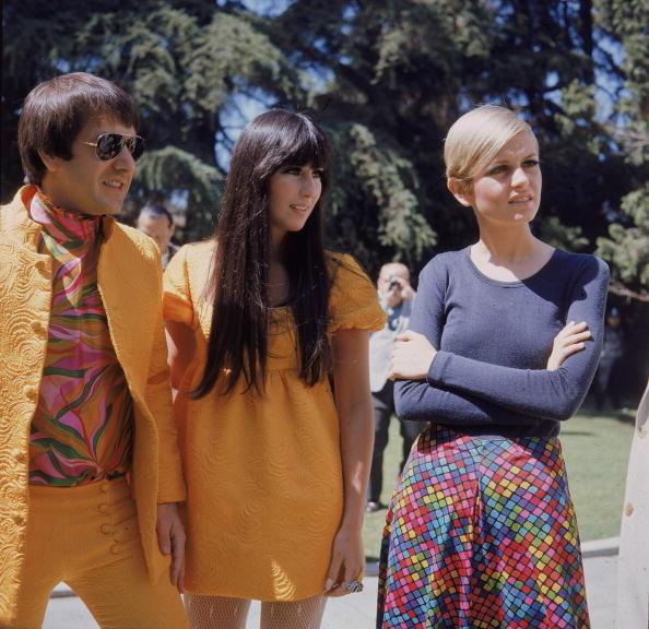 Sonny e Cher (con look coordinati) accolgono la modella Twiggy a Los Angeles nel 1967.