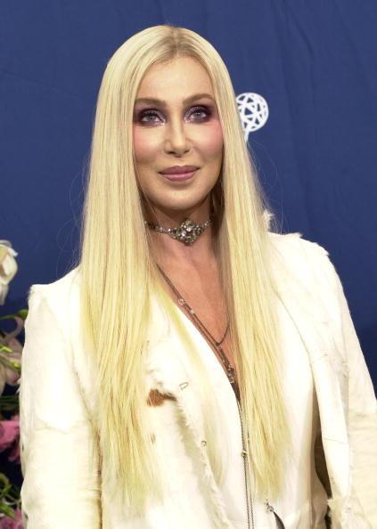 Cher bionda alla 52sima edizione degli Emmy: l'artista ha tinto i propri capelli nel corso della cerimonia.