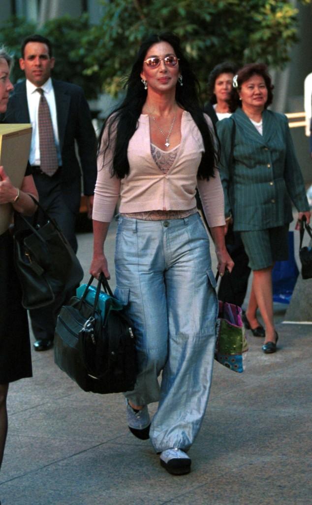 Cher si reca dal suo avvocato (2000) in occasione di una causa che aveva coinvolto lei e la sua compagnia, The Inshallah Trust.