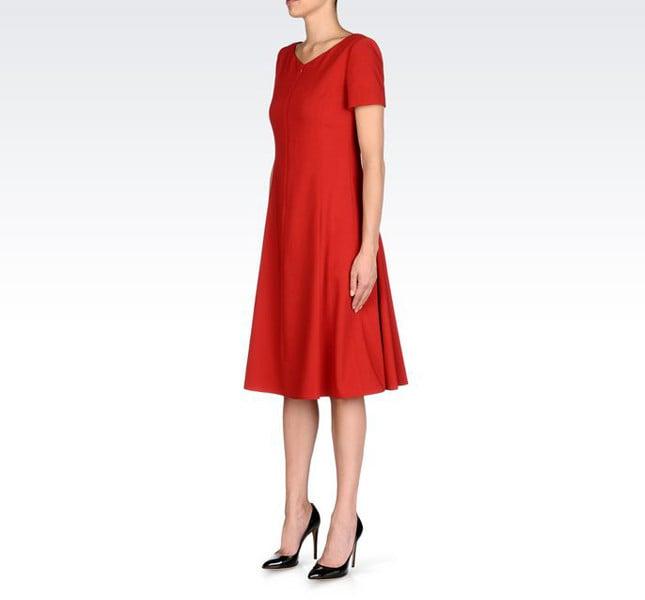 Armani vestito rosso con maniche corte in lana vergine.