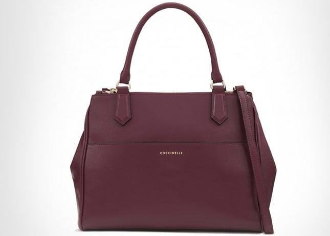 Tra gli accessori color Marsala la borsa a mano di Coccinelle...