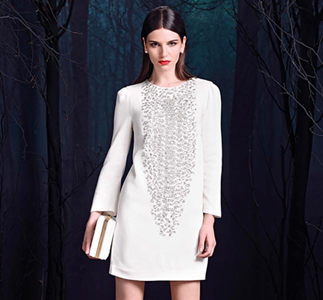 Elisabetta Franchi abito bianco con applicazioni di lustrini sulla parte anteriore.