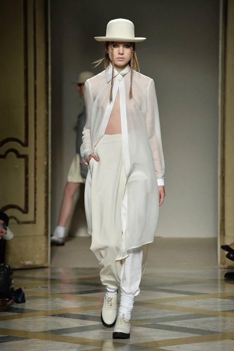 Completo con pantalone morbido bianco e camicia lunga bianca. Proposte total white in passerella Autunno Inverno2 014 2015 by Grinko