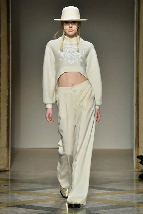 Top bianco e pantalone bianco, il total white in passerella con Grinko