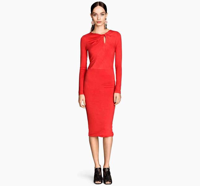 H&M abito rosso lungo e stretto con dettaglio incrociato sul collo.