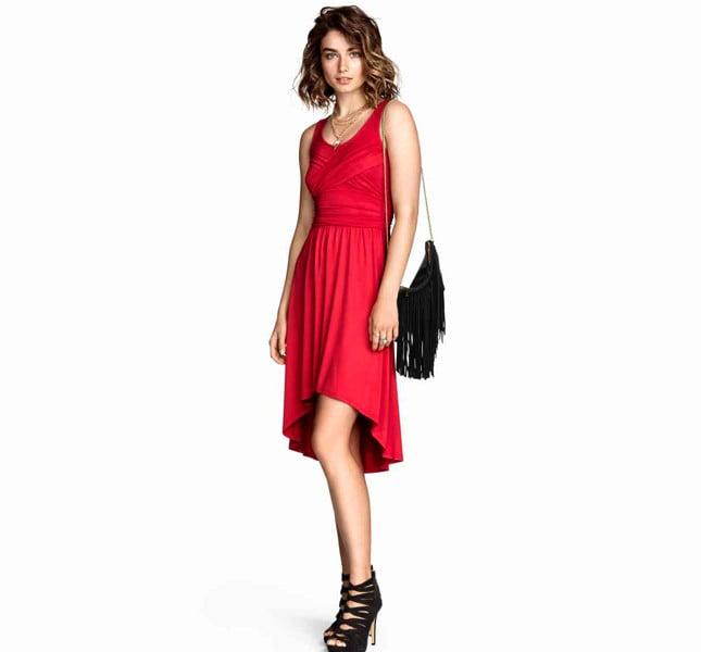 H&M abito rosso in jersey con drappeggio in alto. Linea arrotondata in basso, più lunga dietro.