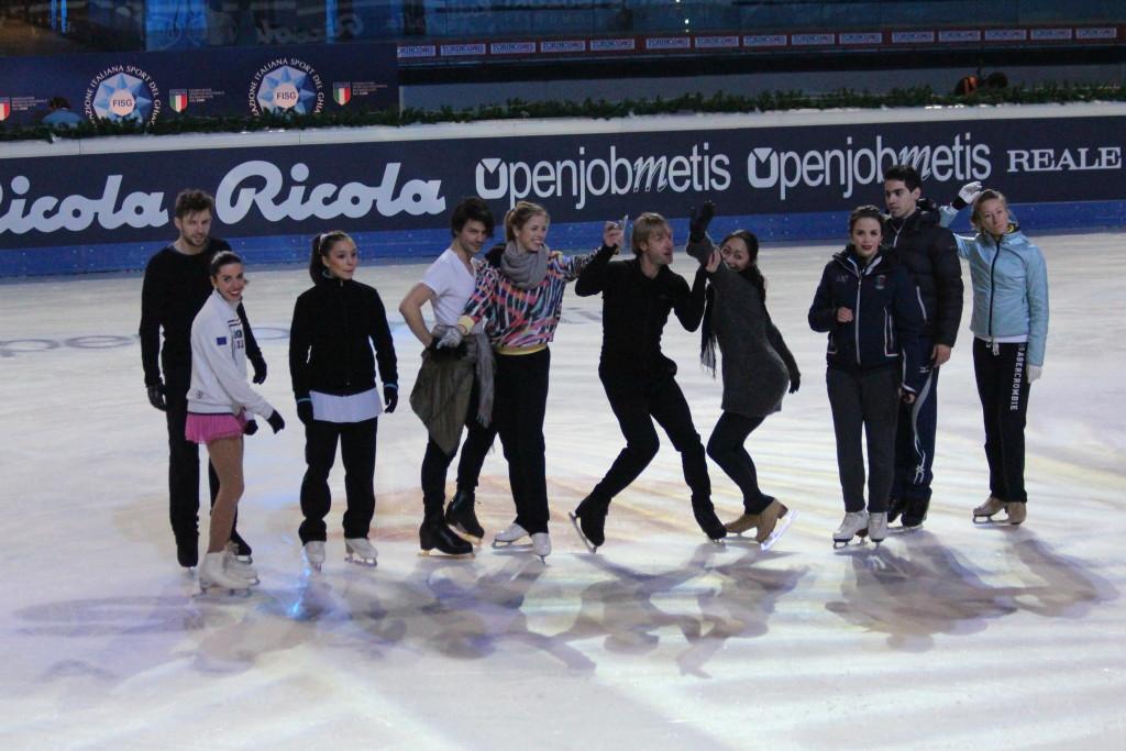 Le prove prima dello show lasciano spazio anche a un momento di ilarità tra i campioni del pattinaggio - Credits: Chiara Rota