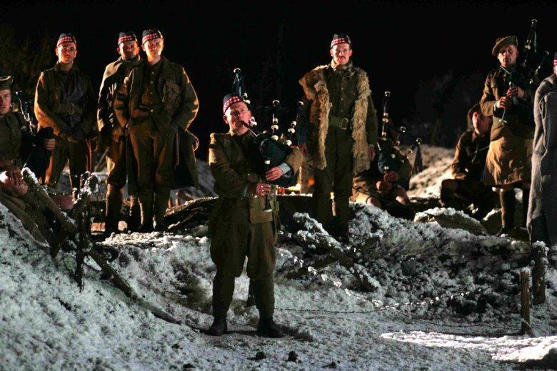 Da Joyeux Noel: I soldati suonano davanti alla trincea