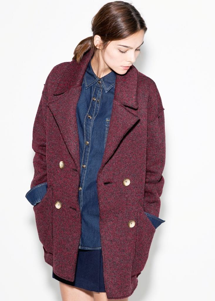 Da Mango è possibile trovare un cappotto destrutturato in lana color Marsala al prezzo di 89,99 euro