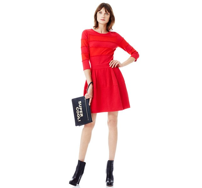 Pinko abito rosso con top a maniche lunghe con bande di colore alternate a frange ton sur ton.