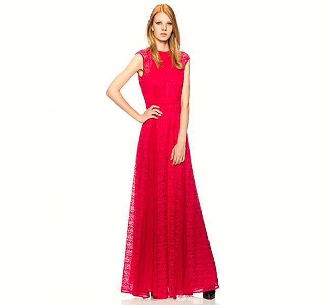 Pinko abito in pizzo rosso. La gonna crea movimento con due spacchi laterali.