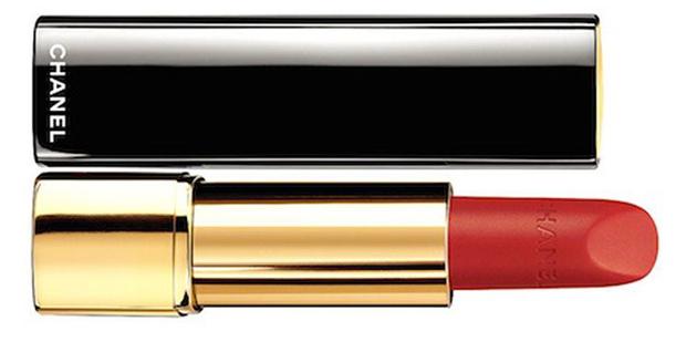 ROUGE VELVET LIPSTICK:  un rosso intenso che accompagna la colorazione dello smalto