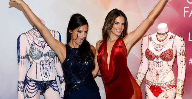 Tocca ad Adriana Lima e Alessandra Ambrosio l'onore di indossare il Fantasy Bra nell'edizione 2014 del VSFS