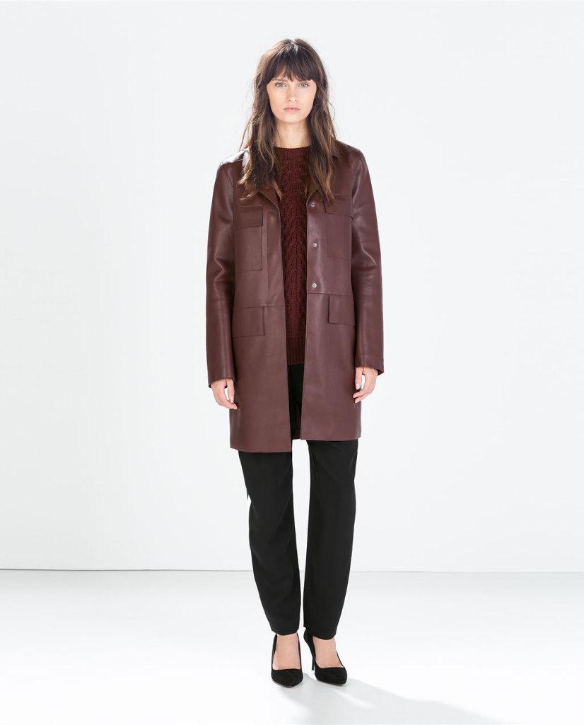 Zara propone un cappotto in pelle dritto nel colore dell'anno