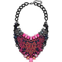 Un collier ad altissimo impatto visivo, espressione di una manualità esclusiva, che alterna cristalli e bead nelle tonalità del rosa e del blu, fili colorati e perle di cristallo, per dar forma ad un gioiello avveniristico e à la page, esaltato dalle placcature metalliche a contrasto