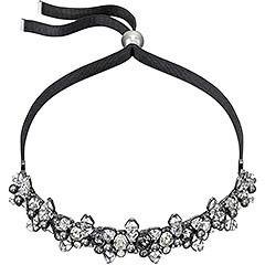 Lo stile dark è l'ispirazione per questo versatile gioiello, indossabile come girocollo o fascia-gioiello per capelli. La raffinata manualità di questa creazione si esprime attraverso le nuance sommesse dei cristalli in tagli diversi, fissati su un nastro in poliestere