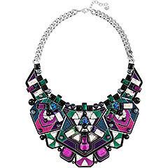 L'opulenza esclusiva dell'avveniristico collier propone una cascata di cristalli colorati dal taglio geometrico, esaltati dai guizzi luminosi dell'effetto Aurora Boreale. Il gioiello è abbinato ad una catena palladiata