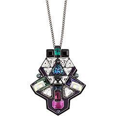 Un originale profilo avveniristico definisce questo pendente che sa farsi notare. Il taglio geometrico dei cristalli colorati è impreziosito dalla luminosità dosata dell'effetto Aurore Boreale. Il gioiello è abbinato ad una catenina palladiata