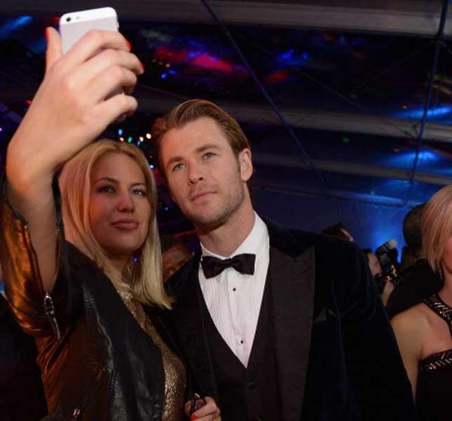 Chris Hemsworth posa con una fan per un selfie